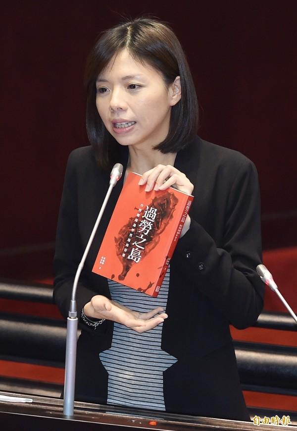 洪慈庸表示,這樣下去台灣不僅脫離不了過勞之島,更成為慣老闆的天堂。(記者廖振輝攝)