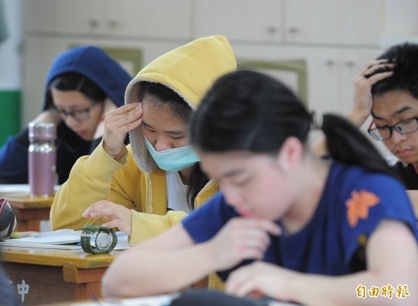 大學指定科目考試今天登場,第一天考物理、化學、生物,考場教室內開冷氣空調,考生穿起外套禦寒。(記者王藝菘攝)