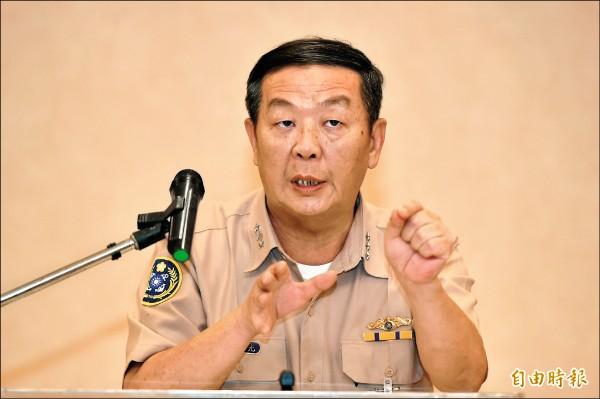 海軍司令黃曙光上將昨在高雄說明雄三飛彈事件。(記者張忠義攝)