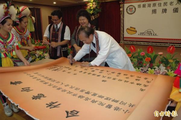 陳菊(右二)見證小港醫院院長侯明鋒(右一)與原民會主委谷縱.喀勒芳安(右三)簽署合作意向書。(記者方志賢攝)