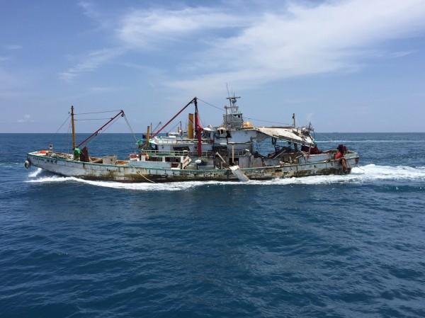 「翔利昇號」船體遭雄三飛彈貫穿轟出大洞,在海上被拖行回高雄。(記者陳鈺馥翻攝)