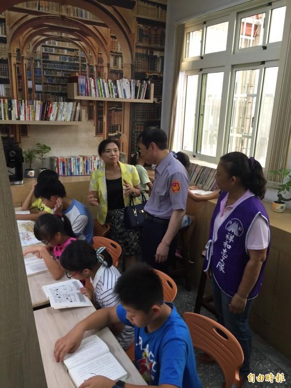 暑假到來,外社派出所閱覽室提供弱勢學童最好的閱讀環境。(記者謝武雄攝)