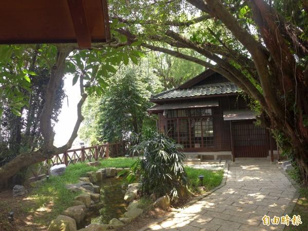 直轄市定古蹟「淡水街長多田榮吉故居 」位置在相對高處,視野極佳,可以看到淡水河景和觀音山。(記者李雅雯攝)