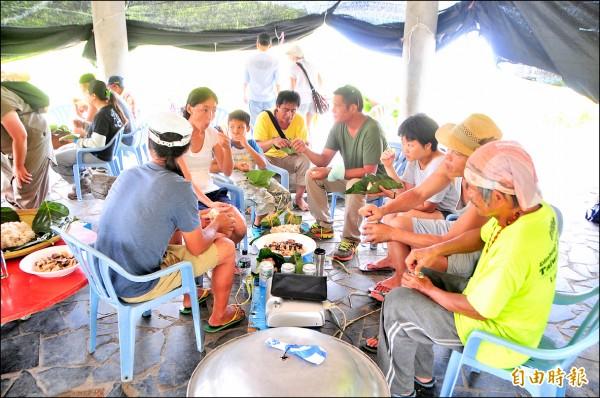 大家一起分吃豬肉、手抓糯米飯食用,阿道認為,原住民劇場的底蘊,來自部落傳統文化長期的薰陶。(記者花孟璟攝)