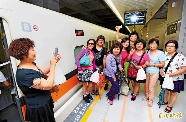 高鐵南港站1日通車,民眾開心搭車。(記者方賓照攝)