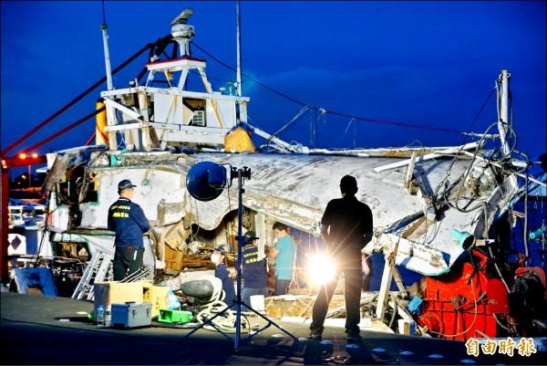 海軍金江艦誤射飛彈造成翔利昇號一死三傷案,高市警鑑識小組從昨下午到深夜,登船仔細採證。(記者黃佳琳攝)