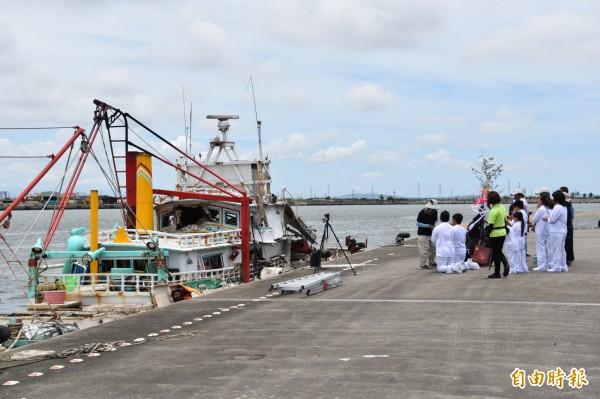 法師帶領家屬到「翔利昇」號漁船祭拜,目睹漁船被飛彈擊毀慘狀,家屬不禁悲從中來、痛哭失聲。(記者蘇福男攝)