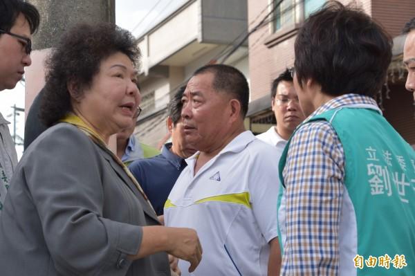 高雄市長陳菊(左)下午赴黃文忠船長家慰問,允諾家屬將協助查明真相。(記者蘇福男攝)