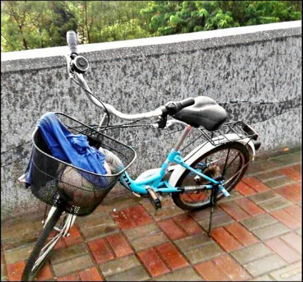 台中太平區溪洲橋昨下午暴雨後傳出意外,三名男童失聯,橋附近發現陳童的腳踏車。(記者何宗翰翻攝)