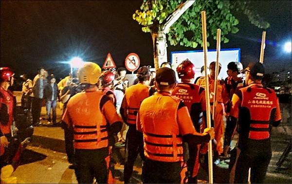 台中太平區三名男童疑戲水失蹤,消防局全力動員,漏夜搜救。(中央社)