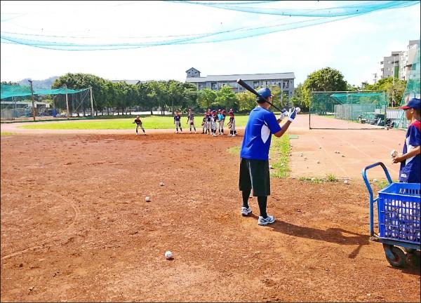 霧峰光復國中棒球隊沒有專屬訓練場地,只能克難在操場練習,校方希望尋找土地興建簡易球場。(記者陳建志翻攝)