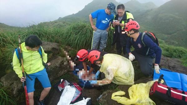 救護人員對女登山客搶救。(記者王冠仁翻攝)
