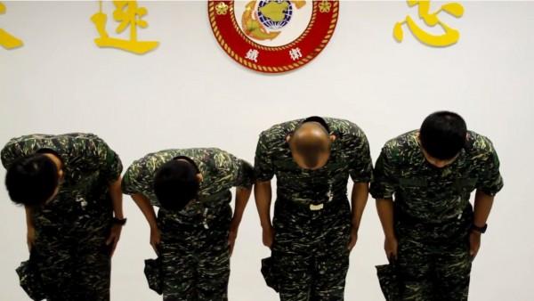 涉案士兵事後則曾拍攝影片對外致歉。(圖擷自臉書影片)