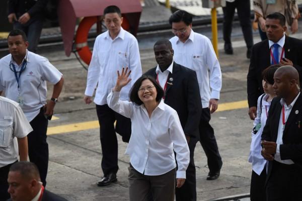 總統蔡英文上任後首度出訪之「英翔專案」,由外交部所撰之專案報告今晚出爐,內文首度提出「踏實外交」的英文名稱為「Steadfast Diplomacy」。(法新社,資料照)