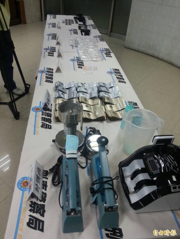 警方搜出分裝毒品的封口機及毒咖啡包等證物。(記者姚岳宏攝)