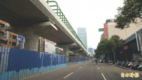 台中捷運綠線正進行車站區上方鋼構噴漆工程,交通局要求包商不可「落漆」。(記者蘇金鳳攝)