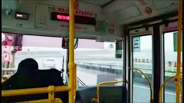 網友指日前搭高鐵機場巴士,司機錯過高速公路匝道口,竟然直接在國道上「倒退嚕」,狀況非常驚險。(取自爆料公社臉書專頁)