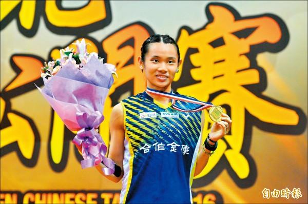 台北羽球公開賽女單冠軍戰,戴資穎昨力退中國名將王適嫻,暌違四年再度封后。(記者王藝菘攝)