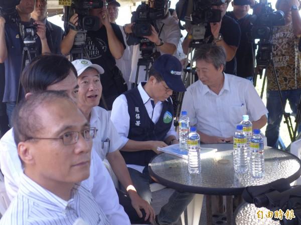 行政院長林全到台二線28.5公里處,視察貨櫃輪「德翔台北」。(記者李雅雯攝)