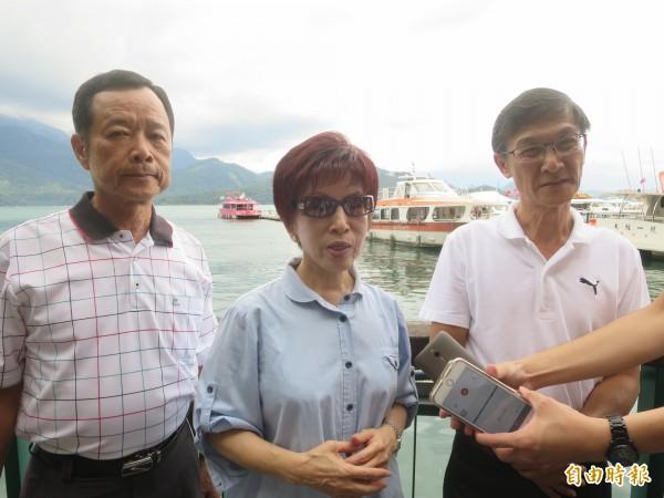 國民黨主席洪秀柱到日月潭了解中客銳減後對遊艇業者造成的影響。(記者劉濱銓攝)
