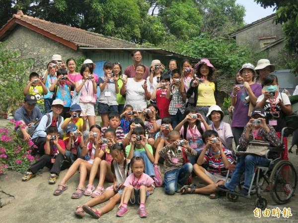 阿蓮區公所結合高市小鄉社造志業聯盟,帶領阿蓮學子以相機看見在地歷史。(記者蘇福男攝)