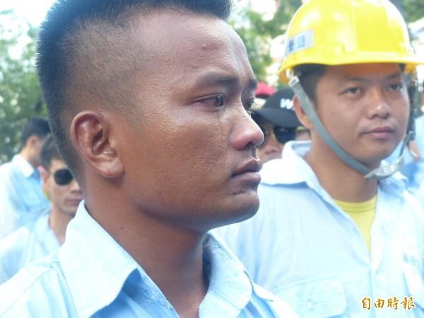 因金門大橋解約面臨失業的越南勞工,提及心酸處不禁悲從中來流下男兒淚。(記者吳正庭攝)