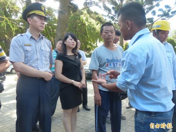 越南籍外勞向到場的金門警方表達不滿情緒。(記者吳正庭攝)