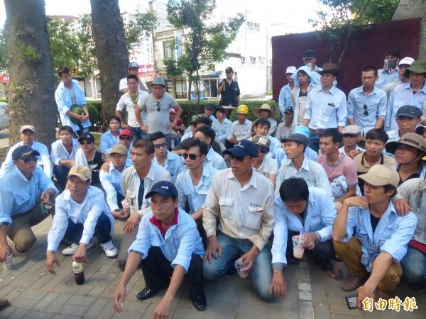 一群越南籍外勞,因金門大橋解約失業,前往金門縣政府前靜坐陳情。(記者吳正庭攝)