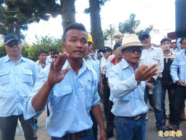 越南籍外勞因金門大橋解約失業,要求縣政府出面主持公道。(記者吳正庭攝)