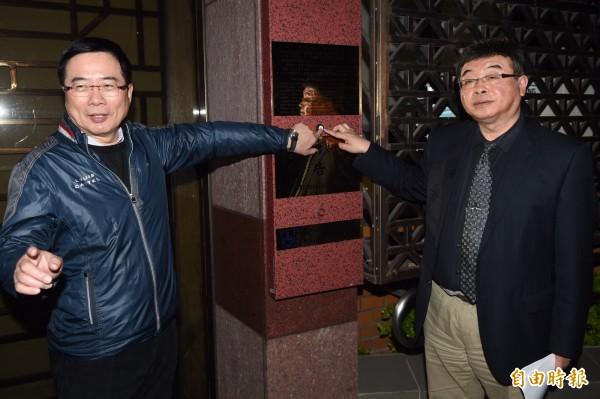蔡正元(左)自爆「正毅組合」的由來,原來是要選總統的朱立倫拜託幫忙撐場面,兩人才會合體。(資料照,記者簡榮豐攝)