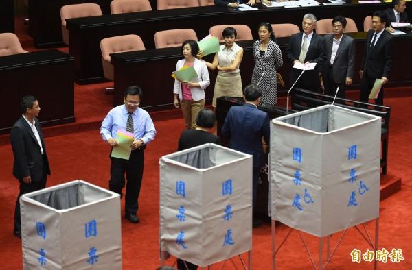 立法院5日舉行NCC新任委員同意權投票,綠營立委排隊依序投票。(記者張嘉明攝)