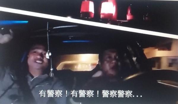 大武警KUSO自拍交安宣導片,婉君笑翻天。(記者陳賢義翻攝)