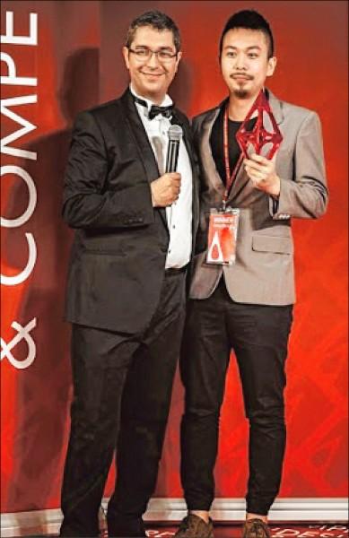 亞大視傳系碩士生劉經緯(右)以「捕獲野生烏魚」,拿下義大利米蘭A' Design Award銀獎,今年6月出席領獎。(記者陳建志翻攝)