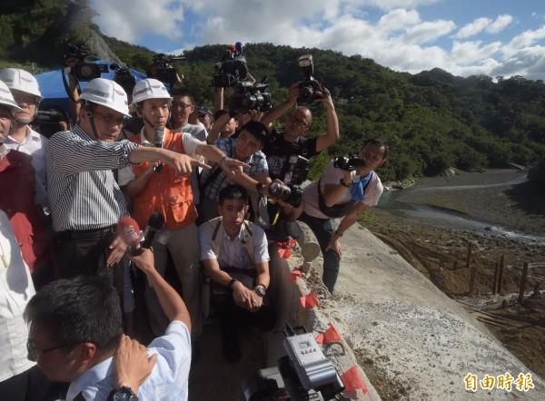 行政院長林全6日視察新北市烏來區災後復建及防颱整備情形。(記者黃耀徵攝)