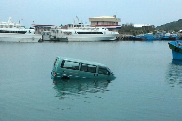 墾丁廂型車衝入港,駕駛緊急跳車。(記者蔡宗憲翻攝)