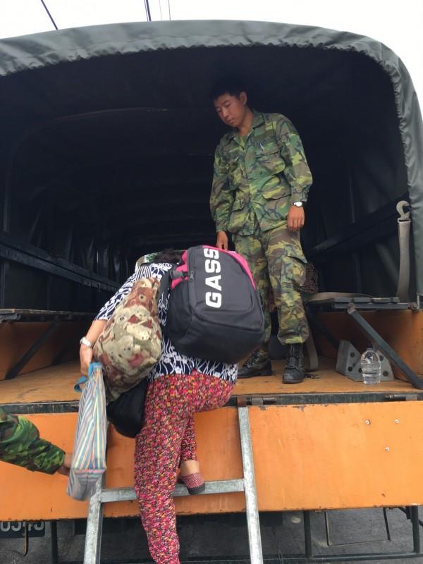 豐濱鄉復興部落的阿公阿嬤,身上背大包小包配合撤村,就怕晚上風雨變大「想逃都來不及」。(記者花孟璟翻攝)