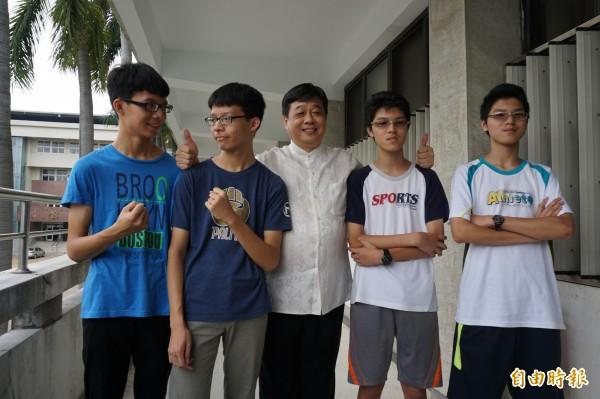 雙胞胎兄弟林建嘉(左2)、林庭聿和黃柏傑(左4)、黃柏凱考上台中一中與校長陳木柱合影。(記者蔡淑媛攝)
