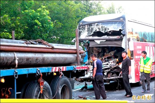國光號與拖板車追撞後,救難人員費了一番工夫才將兩車分離。(記者鄭鴻達攝)