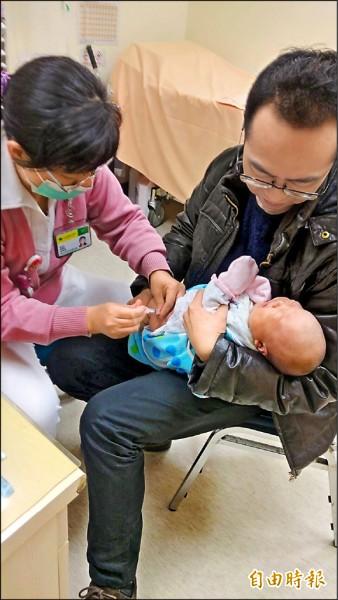 不少家長為提高幼兒保護力,會選擇自費四價流感疫苗,但今年藥廠不進貨,就算民眾有錢也打不到。圖為情境示意,非當事人。(記者謝佳君攝)