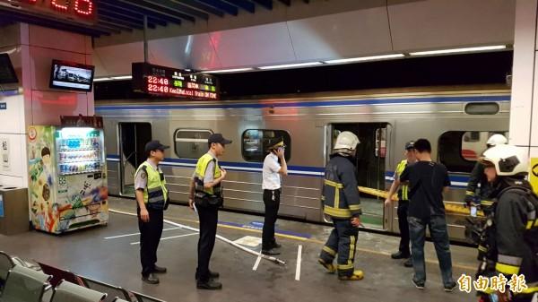 警方與消防人員正在針對台鐵爆炸案,進行調查工作。(記者鹿俊為攝)