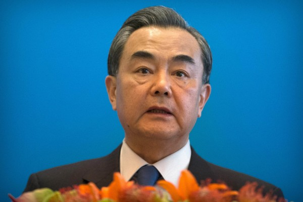 王毅指出,南海仲裁案在程序、法律、證據適用方面「牽強附會,漏洞百出」更直言:「仲裁庭的這場鬧劇該收場了。」(美聯社)