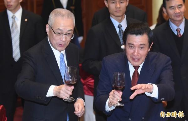 前立委邱毅評估國民黨目前情勢,他認為馬英九(右)應再度問鼎2020年總統大選,且由前副總統吳敦義(左)來掌國民黨主席。(資料照,記者劉信德攝)
