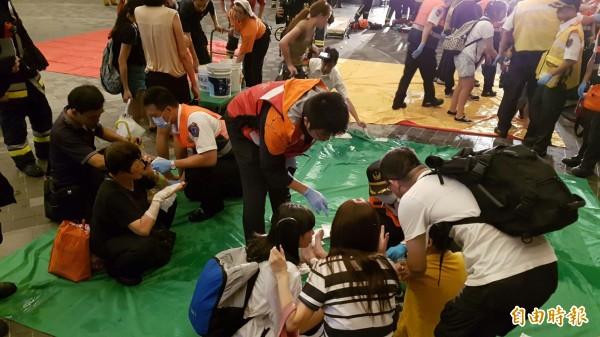 台北市松山車站今晚10點左右,第1258次區間車第6股車廂內驚傳爆炸,目前已傳出有21名男女乘客受傷送醫急救。(記者陳志曲攝)