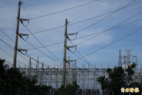 強颱尼伯特逼近台灣,明日全台20縣市都停班停課,台電方面則預估,全台恐怕會有310萬戶停電,因此已提前動員近6000人相互支援,以緊急搶修復電。圖為位於秀水鄉的台電一次變電所,示意圖。(資料照,記者劉曉欣攝)