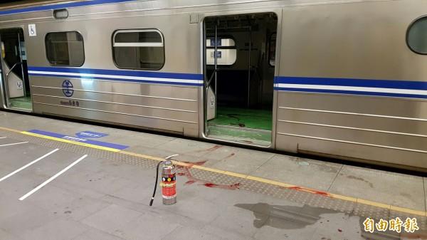 台北市松山火車站今天晚間10點左右,進站的第1258次區間車3股第6車驚傳爆炸。(記者陳志曲攝)