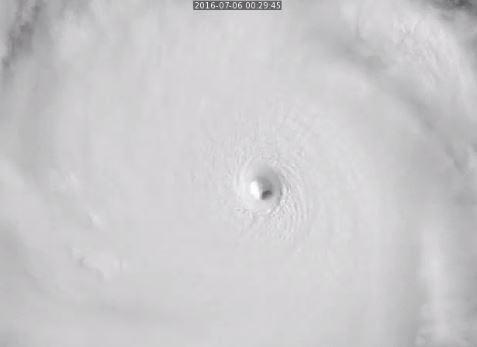 強颱尼伯特結構紮實,被《時代雜誌》評為巨大而恐怖的超級颱風教科書。(擷取自Russell Dengel推特)