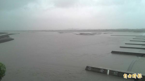 受尼伯特颱風影響,高屏溪濁度、流量持續飆高。(記者黃旭磊翻攝)