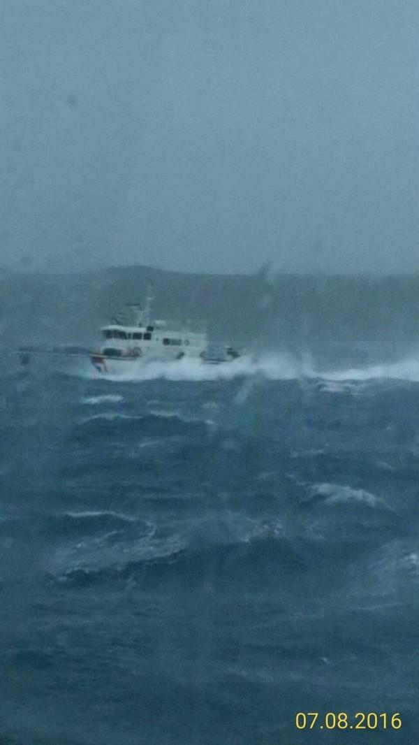尼伯特颱風來襲海象惡劣,海巡警艇頂浪救援。(澎湖海巡隊提供)