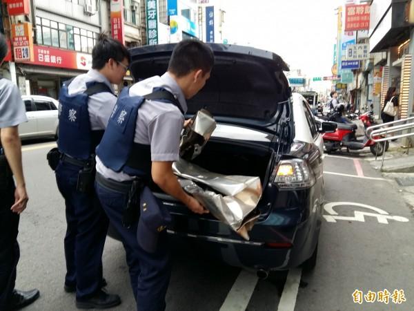 警方將肇禍鐵皮帶回。(記者鄭淑婷攝)