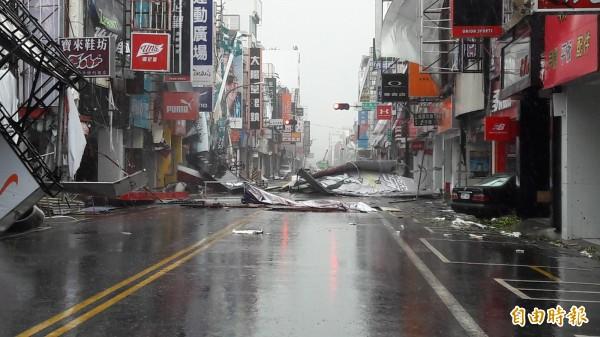 台東市中華路颱風街景。(記者黃明堂攝)